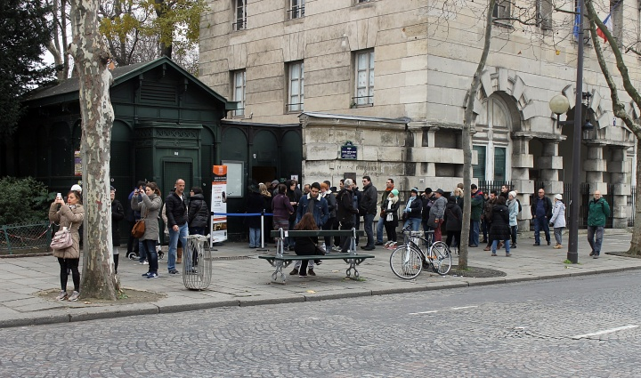 Queue outside the catacombs